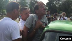 Lázaro Yuri Valle Roca fue arrestado el pasado domingo por aparentemente golpear a un policía en medio de una manifestación. Valle Roca conversó –via telefónica- con Celia Mendoza de la Voz de América.