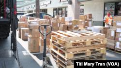 Hàng hóa được đóng lô trước khi gởi về Việt Nam tại tiệm Viễn Đông shipping ở Little Saigon