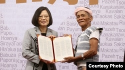 原住民代表接受蔡英文颁发的道歉书文稿(台湾总统府提供)