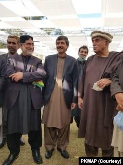محمود خان اچکزئی (دائیں)، عثمان کاکڑ، سردار اختر مینگل (بائیں)