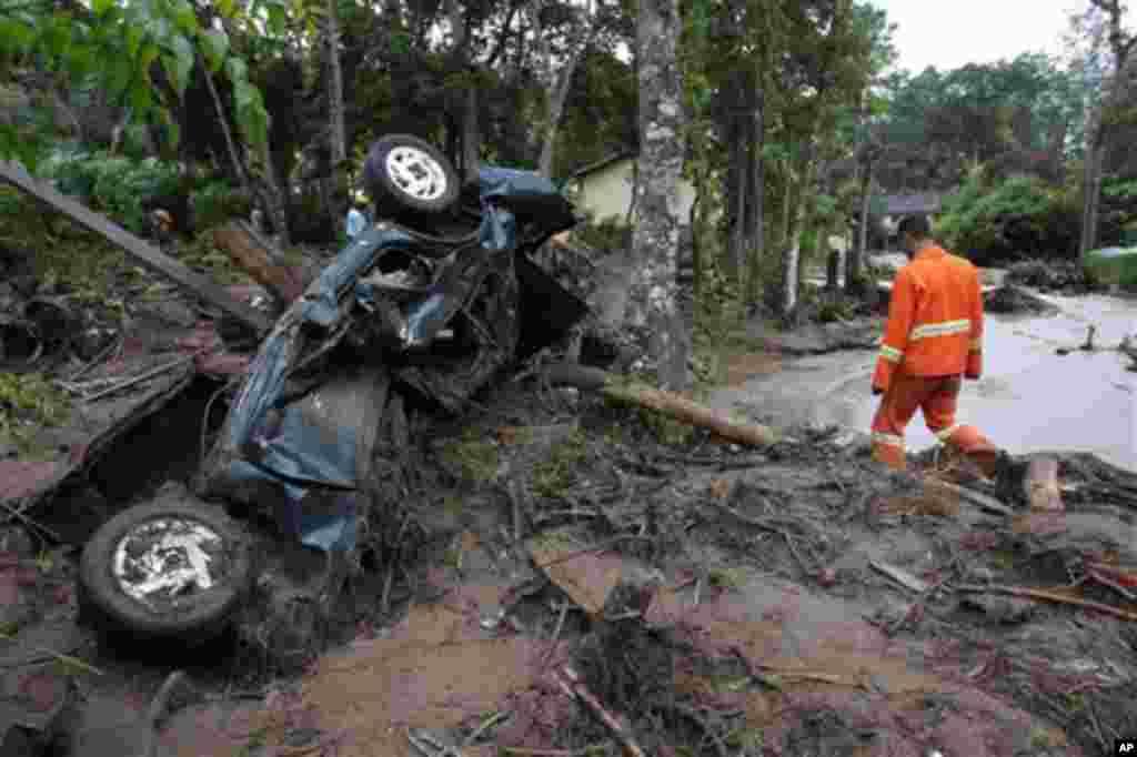 Um socorrista avalia os estragos no bairro de Caleme, na cidade brasileira de Teresópolis, devastada por toneladas de lama arrastada num deslizamento de terras.