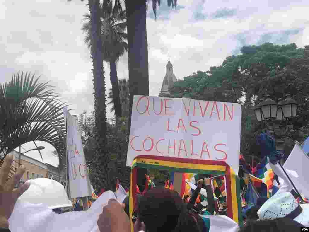 """Una persona muestra un cartel que reza: """"Que vivan las cochalas"""", nombre que es apelativo de la gente oriunda de Cochabamba"""
