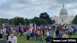 """De los 700 que se registraron, aproximadamente 300 manifestantes respondieron al llamado del líder de """"Look Ahead America"""", el sábado 18 de septiembre de 2021, para protestar por los procesos judiciales contra los señalados atacantes al Congreso el 6 de enero de 2021."""
