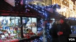 商贩奥列格(右)在自己的商亭旁。(美国之音白桦拍摄)