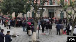 Sekelompok warga berkumpul di Plaza Murillo, Bolivia menunggu pidato President Áñez. (Foto Yuvinka Gozalvez))