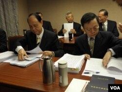 陸委會主委王郁琦和海基會董事長林中森3月20日準備答詢 (美國之音申華拍攝)