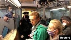 Le chef de l'opposition russe Alexei Navalny à un point de contrôle des passeports à l'aéroport Sheremetyevo de Moscou, en Russie, le 17 janvier 2021. Les forces de l'ordre s'entretiennent avec lui avant de l'emmener. REUTERS / Reuters TV