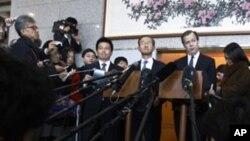 서울에서 기자회견을 갖는 데이비스 대표(중앙 오른쪽)