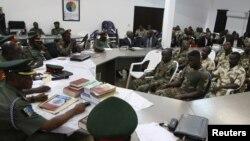 Des militaires jugés devant une cour martiale lors d'un procès en relation avec le groupe islamique Boko Haram, à Abuja, Nigeria, 2 octobre 2014.