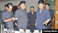 북한 김정은 국방위원회 제1위원장이 장자강 공작기계공장을 현지지도하고 있다고 조선중앙통신이 25일 보도했다. 조선중앙통신은 정확한 촬영날짜는 밝히지 않았다.