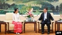 លោកប្រធានាធិបតីចិន Xi Jinping (រូបឆ្វេង) ជួបជាមួយមេដឹកនាំដែលគាំទ្រលទ្ធិប្រជាធិបតេយ្យភូមា លោកស្រីអោងសានស៊ូជី នៅអគារ Great Hall of the People នៅក្នុងក្រុងប៉េកាំង កាលពីថ្ងៃទី១១ ខែមិថុនា ឆ្នាំ២០១៥។