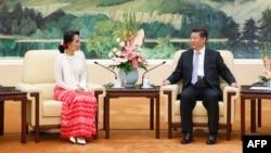 중국을 방문 중인 미얀마 민주화운동 지도자 아웅산 수치 여사(왼쪽)가 11일 베이징 인민대회당에서 시진핑 중국 국가주석과 만났다.