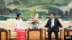 Presiden China Xi Jinxing (kanan) bersama pemimpin pro-demokrasi Myanmar, Aung San Suu Kyi di Beijing (11/9).