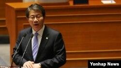 류길재 한국 통일부 장관이 10일 열린 국회 본회의에서 의원들의 대정부질문에 답하고 있다.