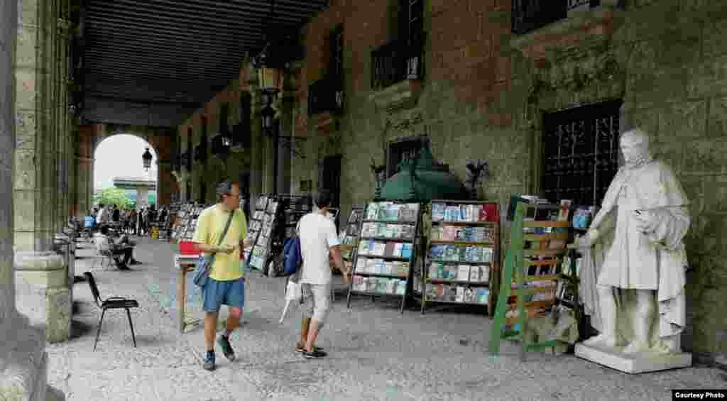 Sách cũ bày bán trong khu phố cổ Havana (ảnh Bùi Văn Phú)