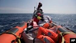 Des secouristes mènent une opération de secours en mer Méditerranée, près des côtes libyennes, le 13 avril 2017.