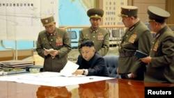 Кім Чен Ин головує на терміновому засіданні, присвяченому приведенню в повну бойову готовність північнокорейських ракетних частин. Пхеньян, 29 березня 2013