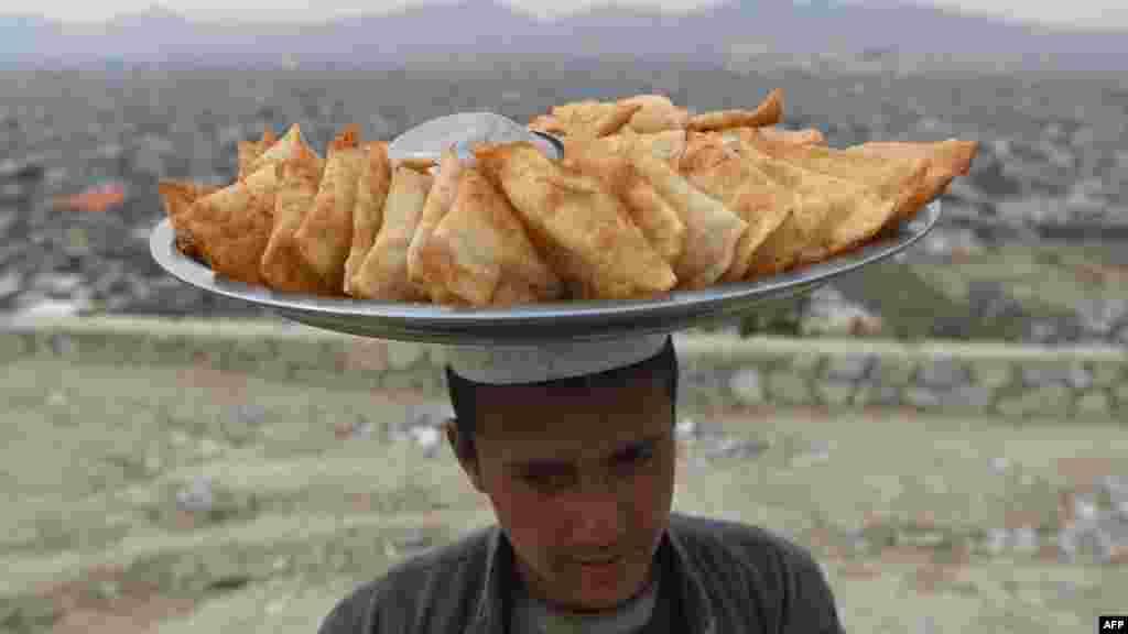 بر اساس اطلاعات وزارت کار و امور اجتماعی ۳.۷ میلیون کودک در افغانستان به دلیل جنگ و فقر اقتصادی از رفتن به مکتب محروم اند که از این میان ۱.۹ میلیون کودک مصروف انجام کارهای شاقه اند