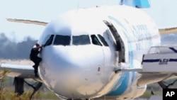 L'avion détourné d'EgyptAir à Chypre, après son atterrissage à l'aéoport de Larnaca, le 29 mars 2016.
