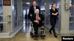 El senador John McCain se dirige al pleno del Senado durante una de las últimas votaciones en las que ha participado, el 6 de diciembre de 2017.