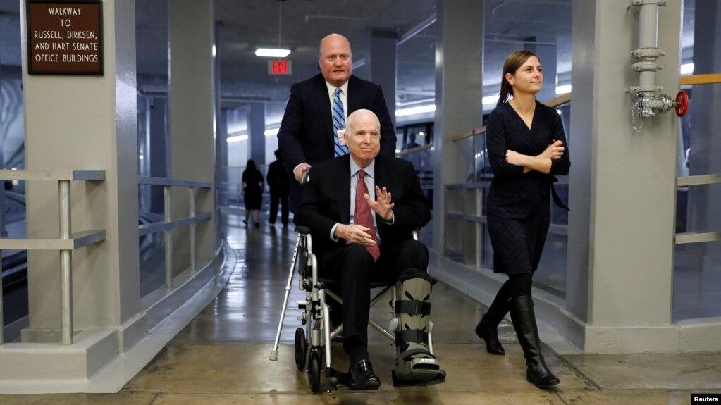 Thượng nghị sĩ John McCain đến phòng họp Thượng viện bỏ phiếu ngày 6/12/ 2017.