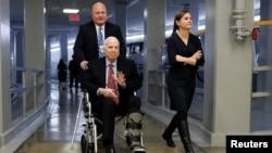 罹患腦癌的美國聯邦參議員約翰麥凱恩去年12月7日於國會山參議院投票前資料照。