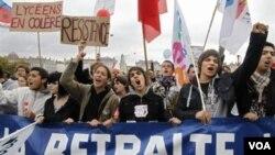 Puluhan ribu orang pekerja berdemonstrasi di kota-kota Perancis untuk memrotes reformasi dana pensiun oleh Presiden Nicolas Sarkozy.