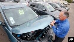 Seorang manajer penjualan memeriksa mobil Honda di sebuah tempat penjualan di Tempe, Arizona.