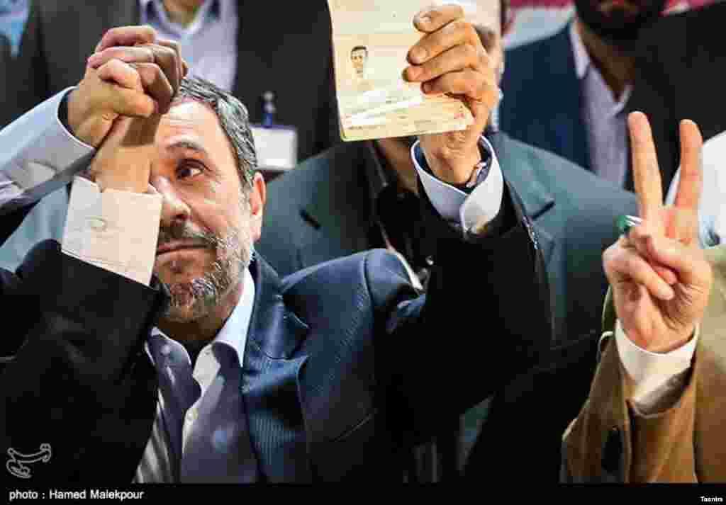 چهره محمود احمدی نژاد در میان دستان گره خورده عکس: حامد ملک پور