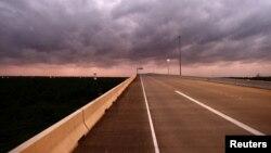 El tramo con este límite de velocidad se extiende por 41 millas en una vía paralela a la interestatal 35, la más transitada entre estas dos ciudades texanas.