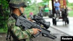 Un soldado colombiano monta guardia en un pueblo selvático de Colombia