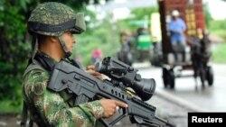 Un soldado colombiano monta guardia en un pueblo selvático de Colombia. Las FARC anunciaron que tienen cautivo al reportero francés Romeo Langlois