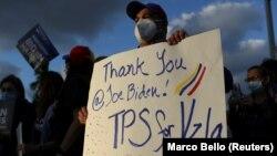 Para migran Venezuela pemegang status perlindungan sementara (TPS) melakukan unjuk rasa di Doral, Florida, 9 Maret 2021. (Foto: Reuters).