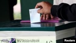 一名泰國士兵就修憲公決投票