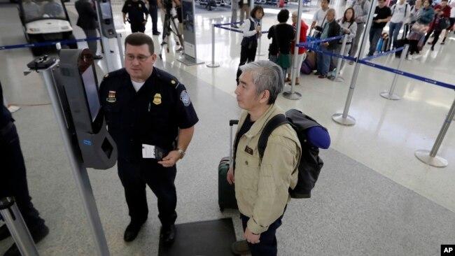 Kamera dengan teknologi pengenalan wajah dipakai di sebuah kiosk maskapai United Airlines di bandara (foto: ilustrasi).