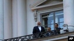 9일 주요6개국과 이란 간 핵 협상이 열리고 있는 오스트리아 빈의 협상장에서 무함마드 자바드 자리프 이란 외무장관(왼쪽)이 기자들의 질문에 답하고 있다.