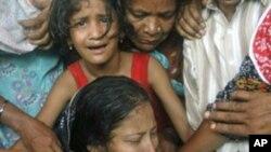 남편의 죽음을 슬퍼하는 카라치 폭력 희생자 가족