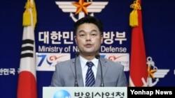 김시철 한국 방위사업청 대변인이 30일 서울 용산 국방부에서 공중급유기 기종 선정 관련 브리핑을 하고 있다.