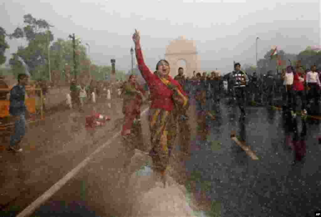 성폭행 가해자의 강력한 처벌을 요구하며 경찰의 물대포에 맞서 시위를 벌이는 시민들