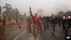 항의 시위를 벌이는 시위대를 향해 물대포를 발사하는 인도 경찰