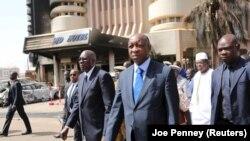 Le Premier ministre du Mali Modibo Keita, au centre gauche, et le Premier ministre Paul Kaba Thieba du Burkina Faso, au centre droite, visitent le Splendid Hôtel à Ouagadougou, au Burkina Faso, le 17 janvier 2016.