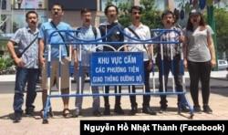 Những người ủng hộ Blogger Mẹ Nấm dán băng keo trên miệng, đứng bên ngoài tòa án để theo dõi phiên xét xử ngày 29/6/2017.