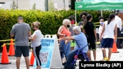Orang-orang antre untuk tes COVID-19 di Miami-Dade County, 26 Juli 2021.(Foto: AP Photo/Lynne Sladky)