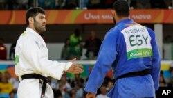 Vận động viên Judo của Ai Cập El Shehaby (trang phục thi đấu màu xanh) từ chối bắt tay vận động viên Or Sasson của Israel (trang phục thi đấu màu trắng), sau khi bị thua ở Olympic ngày 12 tháng 8 năm 2016.