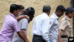 Cảnh sát Ấn Ðộ áp tải một nghi can bị bắt vì dính líu tới vụ hãm hiếp một phóng viên ảnh trẻ tại Mumbai, ngày 24 tháng 8, 2013.