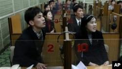 시청각 영어 수업에 참가한 북한 학생들. (자료사진)