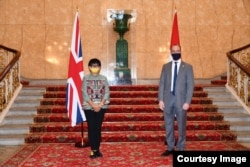 Menteri Luar Negeri Retno Marsudi bersama pimpinan Astra Zeneca. (courtesy: Kemlu RI)