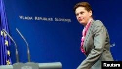 Alenka Bratusek dalam sebuah konferensi pers di Ljubljana (Foto: dok)..