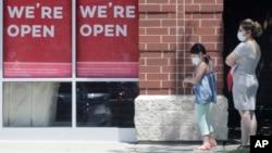Klientët presin për të hyrë në një dyqan në Illinois