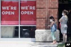 Illinois eyaletinin Schaumburg kasabasında bir mağazaya girmek için sıra bekleyenler